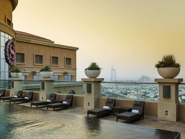 مسبح فندق شيراتون في دبي مول الذي يضم إطلالات ساحرة