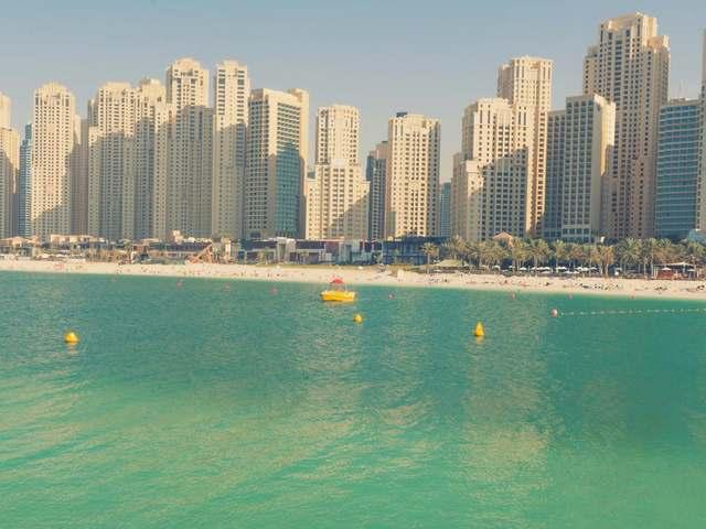 يتميّز فندق روضة امواج سويتس جي بي ار بإطلالاته الرائعة على شاطئ جميرا.