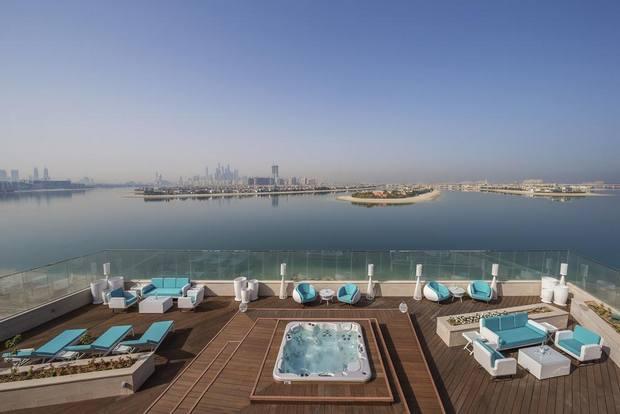 مسبح فندق ذا رتريت نخلة دبي في الامارات