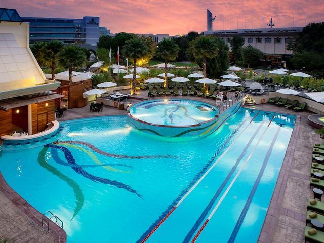 فندق جميرا خور دبي يضم مسبح خارجي