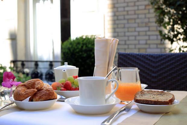 إفطار شهي مُقدّم في إحدى أجنحة فريزر لو كلاريدج شانزليزيه باريس فندق