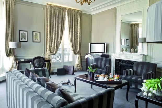 منطقة جلوس تعكس الفخامة بكل معانيها في فندق شانزليزيه بلازا باريس