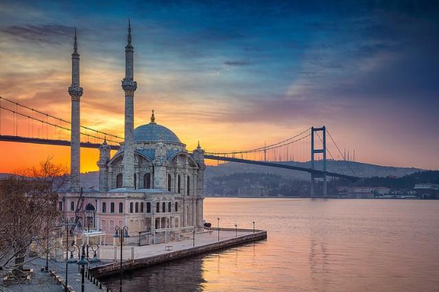جامع اورتاكوي في اسطنبول التركية