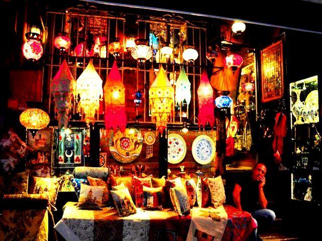 بازار اورتاكوي بالقرب من مطعم هوكا في اسطنبول