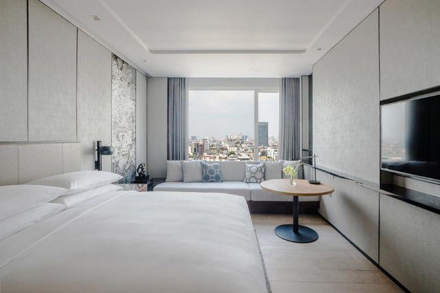 فندق ماريوت بانكوك من افضل فنادق في بانكوك للعوائل التي تشمل 4 خيارات مُتنوّعة للطعام.