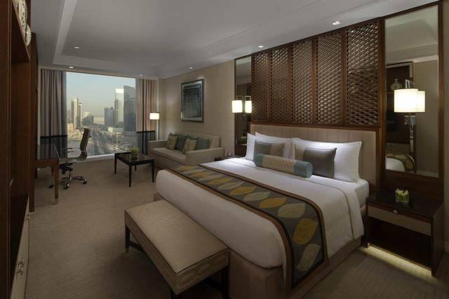 فندق تاج دبي من افضل فنادق دبي 5 نجوم شارع الشيخ زايد من حيث الإطلالات.