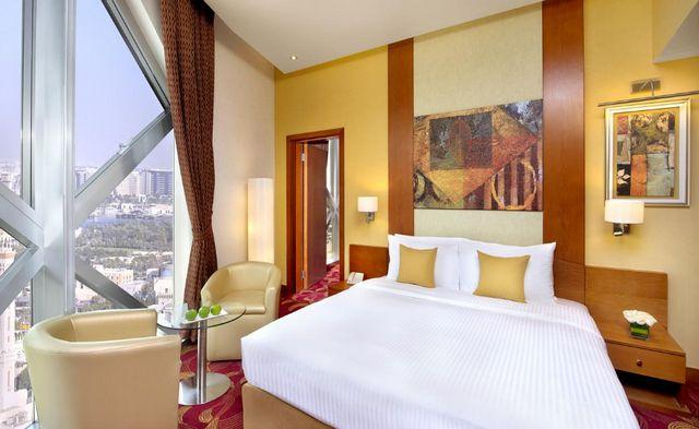 تتميز غرف فندق سيتي سيزنز تاور بر دبي بالمساحات الواسعة
