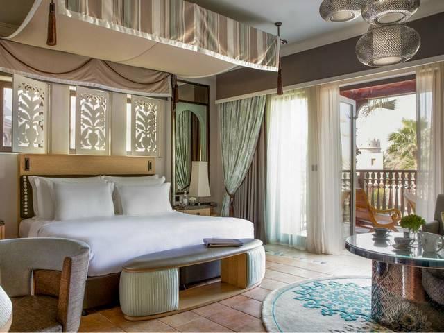 تتميّز غرف فندق المصيف دبي بالمساحات الواسعة.