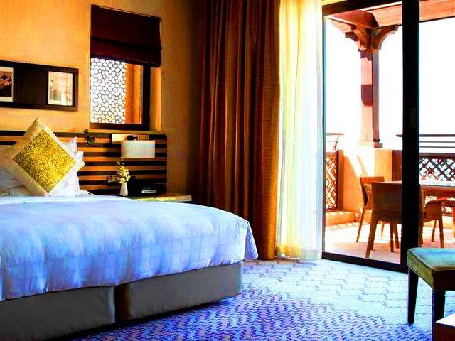 يُعد فندق جميرا ميناء السلام أحد الفنادق الراقيه في دبي وذلك بسبب موقعه خدماته ومرافقه الساحرة.