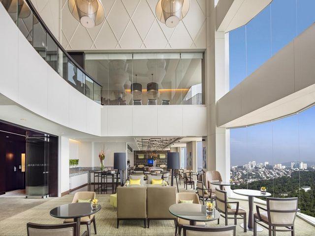 توفر منافذ الطعام في فندق هيلتون كوالالمبور إطلالات رائعة على المدينة
