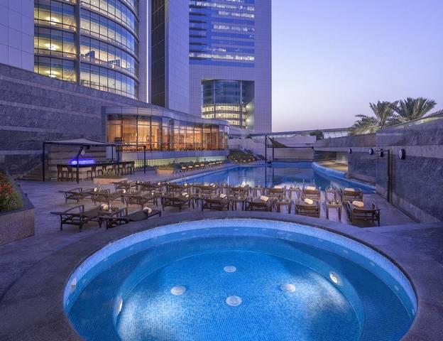 جميرا أبراج الإمارات يحتوي على مسبح في الهواء الطلق