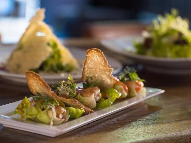يُقدّم مطعم أبراج الامارات مأكولات شهية وعالمية