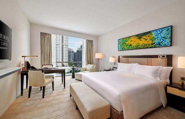 تمنح جميع غرف أي فندق في كوالالمبور مسبح خاص زوّارها ديكورات عصرية جذابة