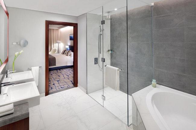 فندق جراند بلازا موفنبيك دبي يوفر مرافق عديدة