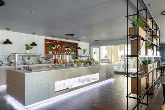 يضم فندق بريمير ان الجداف مطعم وبار يُقدمون أشهى الأكلات والمشروبات.