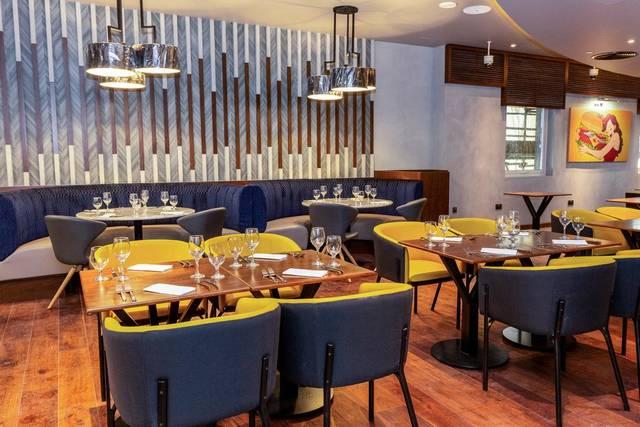 يُقدّم مطعم فندق بريمير ان الجداف المأكولات العالمية.