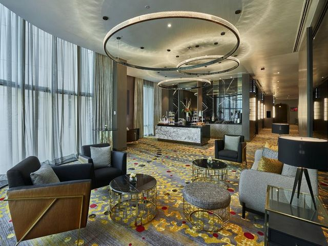 يتميّز اللوبي في فندق وشقق بولمان كوالالمبور  بتصاميم أنيقة ومقاعد مريحة