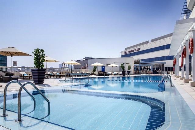 المسبح الخارجي في فندق كراون بلازا ديره دبي