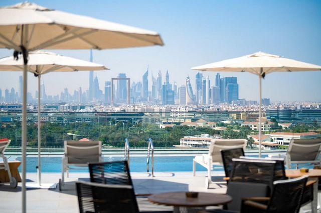 يضم فندق البندر ارجان دبي مسبح في الهواء الطلق
