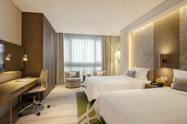 يوفر فندق روتانا ارجان دبي غرف عائلية عصرية الديكورات