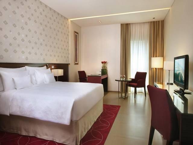 يتميز فندق كوزموبولتان دبي البرشاء عن فنادق البرشاء دبي بموقع ساحر قريب من شارع الشيخ زايد