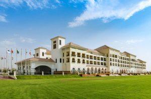 يضم فندق الحبتور بولو دبي مساحات خضراء شاسعة