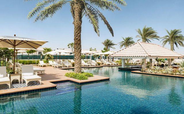 يضم فندق الحبتور بولو دبي مسبح خارجي كبير مثالي للاسترخاء.