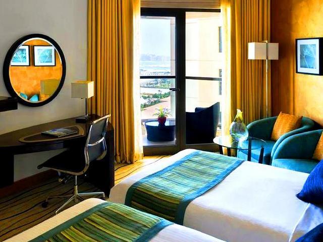 تضم دبي العديد من فنادق دبي على البحر مباشرة والتي تحتضن شاطئها الخاص