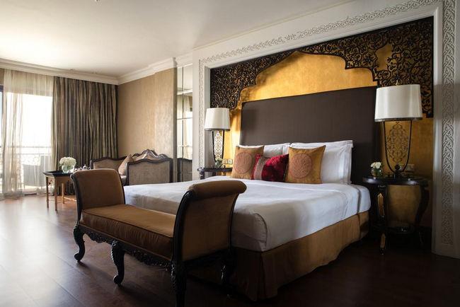 تتميز فنادق جزيرة النخلة جميرا بغُرف ذات تصاميم فخمة مستوحاة من أصول عثمانية عريقة