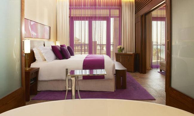 إقامة ساحرة في غُرف فنادق جزيرة النخلة بديكورات وألوان جذابة تبعث الراحة والاستجمام