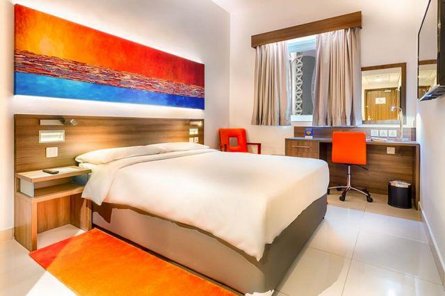 يضم فندق اقتصادي في دبي غرف بديكورات أنيقة وعصرية