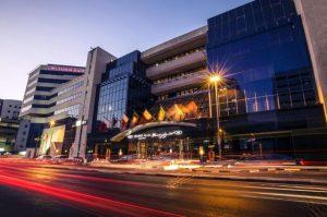 يتميز فندق كراون بلازا ديرة بفخامة بنائه وديكوراته العصرية