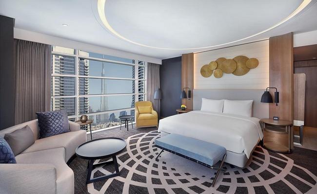 سرير كبير مُريح جدًا ومنطقة جلوس رائعة مع إطلالة على المدينة في دبل تري باي هيلتون دبي