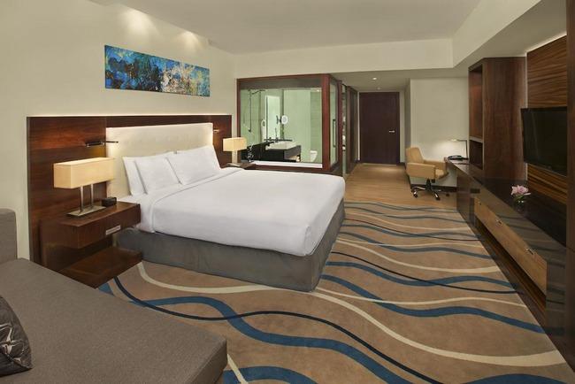 إقامة مُريحة في غُرف فندق دبل تري هيلتون دبي