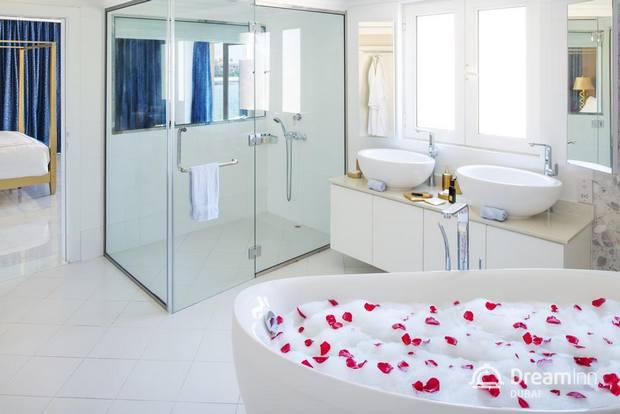 يتم تزويد الحمامات الخاصة في فلل دريم ان في دبي بمُستلزمات الاستحمام مجاناً.