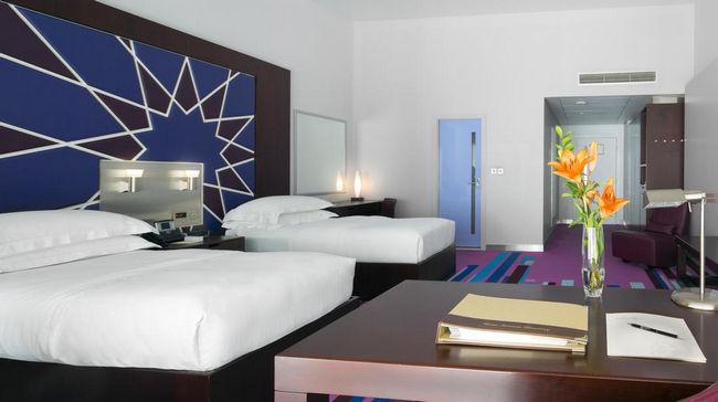 غُرف مساحتها واسعة بديكورات بسيطة في فندق مطار دبي الدولي