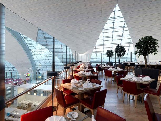 فندق مطار دبي الدولي يضم مطاعم بجلسات رائعة