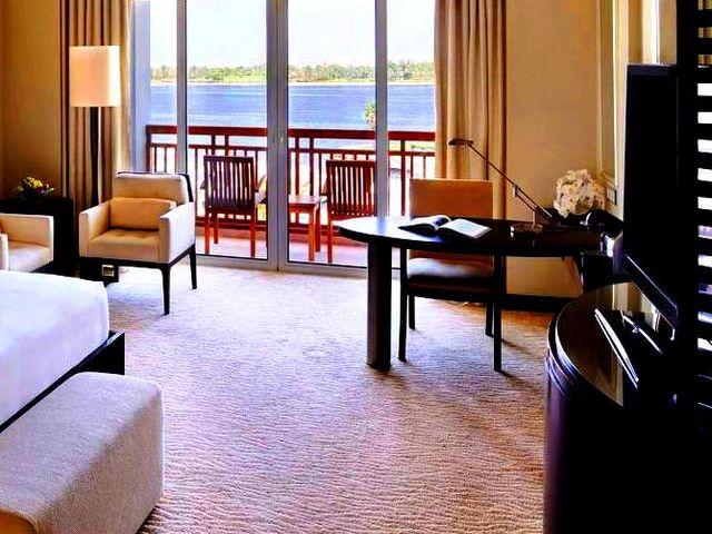 تتميّز الإقامة في فندق الخور دبي بموقعٍ قريب من خدمات ومعالم المدينة