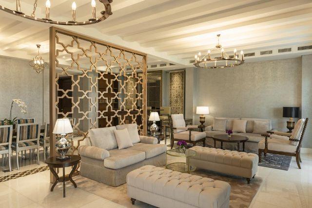 يضم فندق الحبتور بولو دبي منطقة جلوس أنيقة وراقية مما جلعه من أشهر منتجعات دبي للعوائل