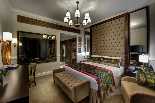 يوفر فندق ديوكس دبي غرف مُجهزة بأحدث التجهيزات والديكورات العصرية  وبالتالي فهو افضل منتجع عائلي في دبي