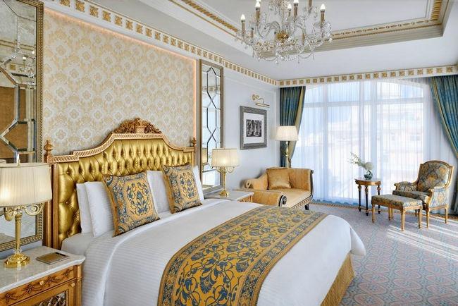تتسم الغرف في اميرالد كمبنسكي دبي بديكورات فخمة.