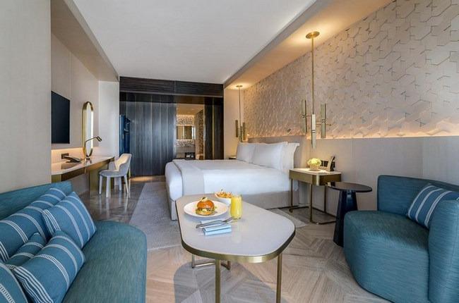 فندق نخلة جميرا دبي يُوفر أجنحة فاخرة ومنطقة مُريحة للجلوس والعمل