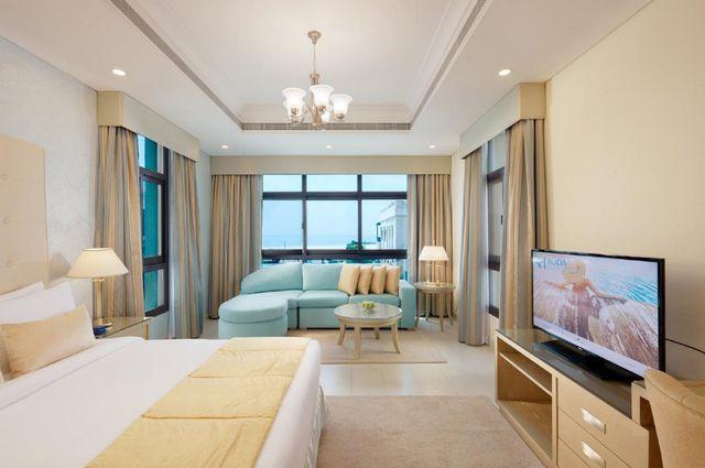 يُوّفر شاليه بمسبح خاص دبي غُرف فسيحة تتميّز بالعصرية والرُقي.