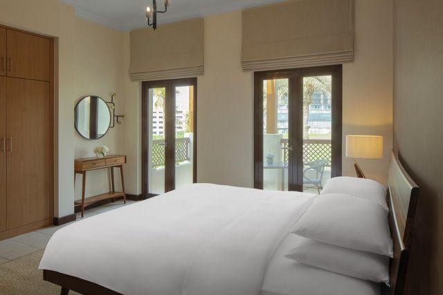 توفر شاليهات بمسبح خاص في دبي غرف بديكورات عصرية راقية