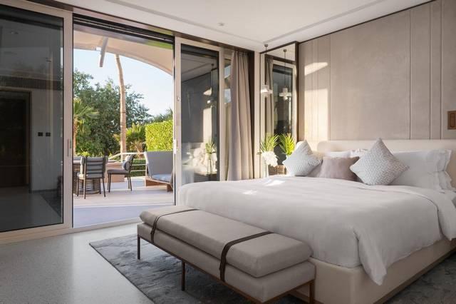 يضم  فندق جميرا بيتش دبي العديد من المسابح كذلك مرافق مائية