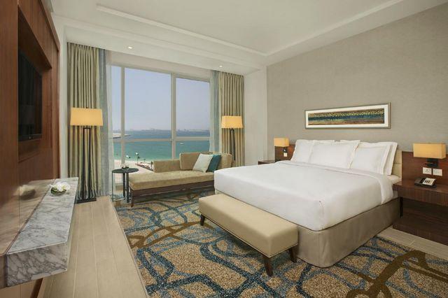 ننصحك بالاقامة في منتجعات في دبي على البحر التي تضم أماكن إقامة راقية تضم منطقة جلوس ومنطقة لتناول الطعام