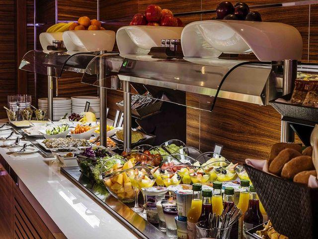 تعتبر تجربة الطعام في فندق هيلتون الممشى دبي مميزة