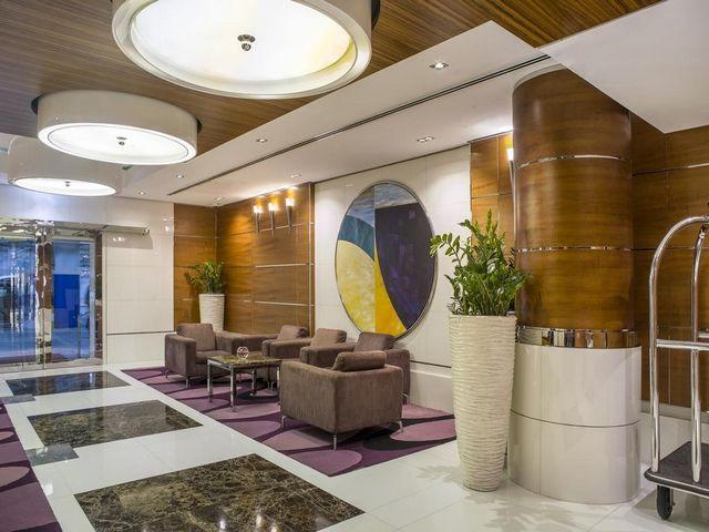 يتسم موظفو فندق هيلتون دبي الممشى جميرا بيتش ريسيدينس بحُسن الاستقبال