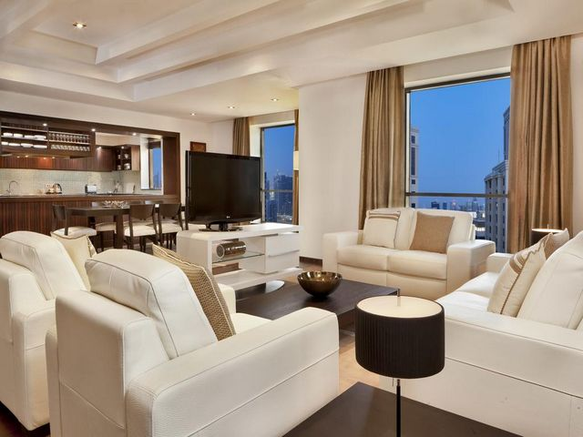 تتوفر منطقة جلوس في شقق فندق هيلتون دبي ذا ووك