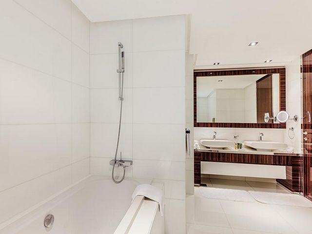 يتم تزويد الحمامات الخاصة فندق هيلتون دبي ذا ووك بمستلزمات استحمام مجانية